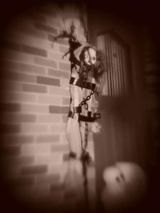Clin d'oeil à l'occasion de l'Halloween, une Corriveau dans un gibet de... duct tape noir. Faut bien rigoler, parfois.