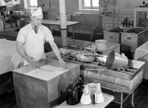 Fabrication de fromage à l'École de laiterie de la province de Québec à Saint-Hyacinthe, 1945. BANQ.